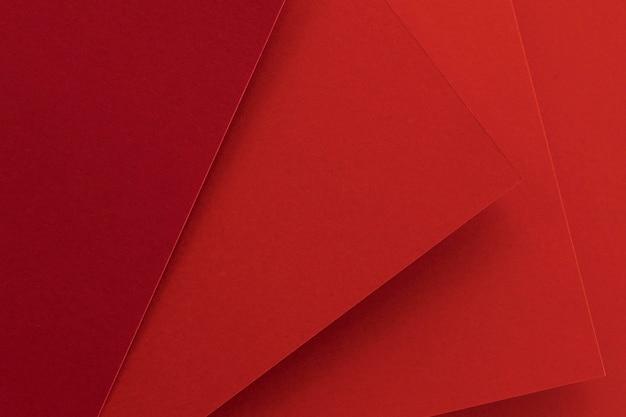 Elegante vista alta de papeles rojos