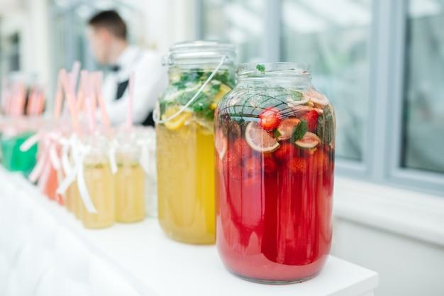 Elegantes cócteles de frutas de varios colores.