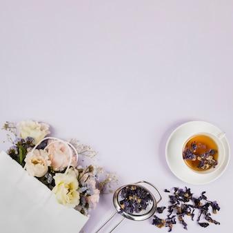 Elegantes flores y hierbas de té.