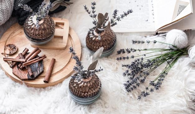 Elegantes jarrones decorativos de naturaleza muerta en el interior de la casa