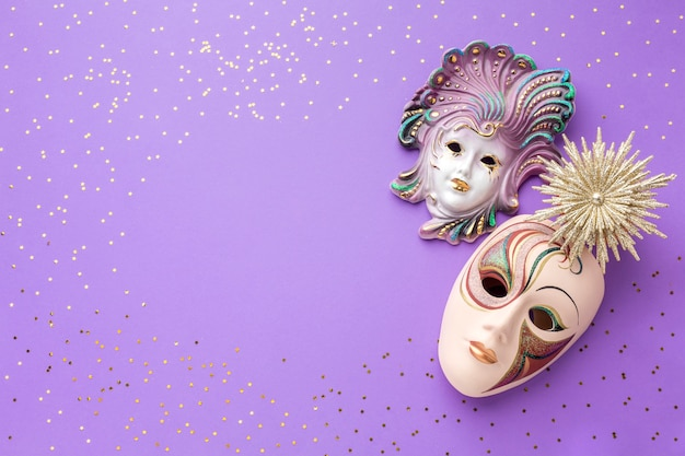 Elegantes máscaras de carnaval con purpurina