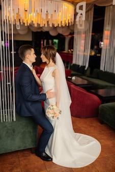 Elegantes recién casados en una sesión de fotos en un interior moderno. boda, amor, concepto de relación.