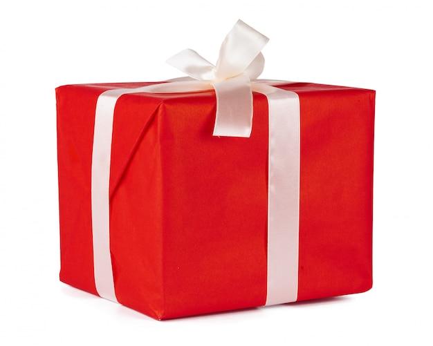 Elegantes regalos envueltos con cinta blanca aislada sobre fondo blanco