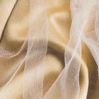 Elegantes telas doradas y transparentes.