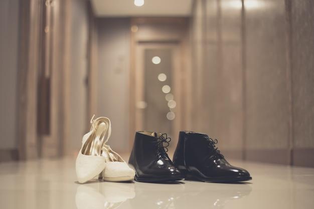 Elegantes zapatos de vestir masculinos y femeninos para ceremonia de boda.