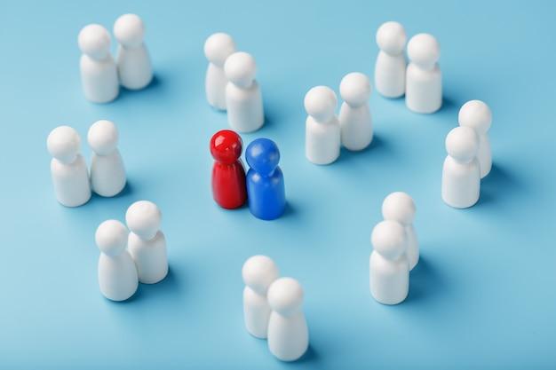 Elegir una pareja sexual por amor, las relaciones de una multitud de personas monótonas. una mujer roja y un hombre azul en una multitud de gente blanca.