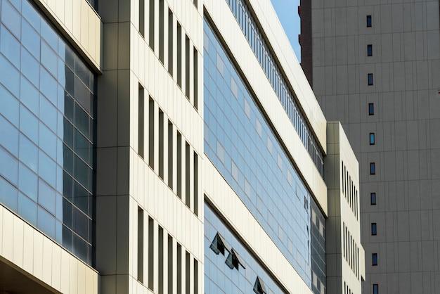 El elemento de la fachada moderna de la casa revestida con paneles metálicos.