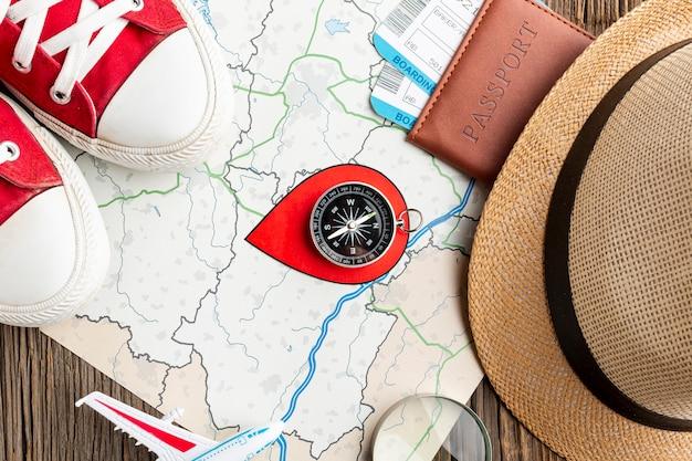 Elementos básicos del kit de viaje en primer plano