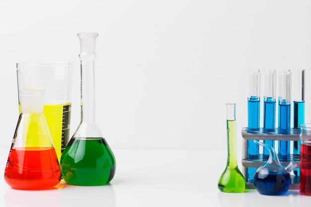 Elementos de ciencia de vista frontal con composición de productos químicos con espacio de copia