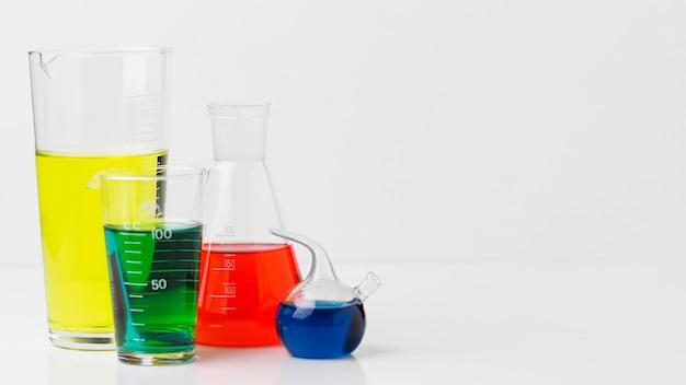 Elementos de ciencia de vista frontal con surtido de productos químicos con espacio de copia