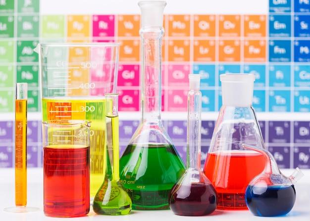Elementos de ciencia de vista frontal con surtido de productos químicos.