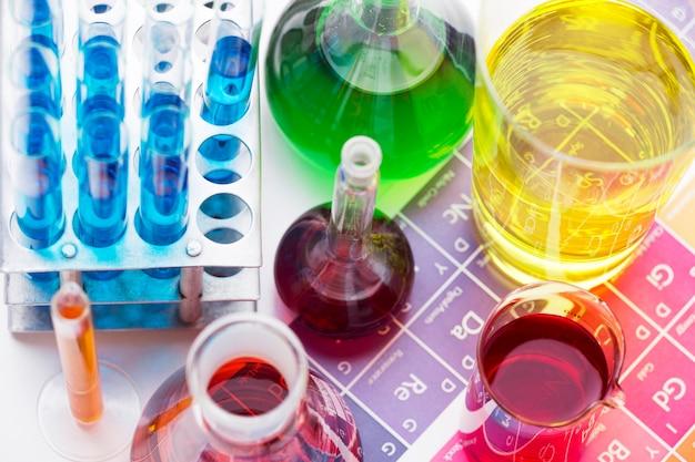 Elementos científicos de alto ángulo con surtido de productos químicos.