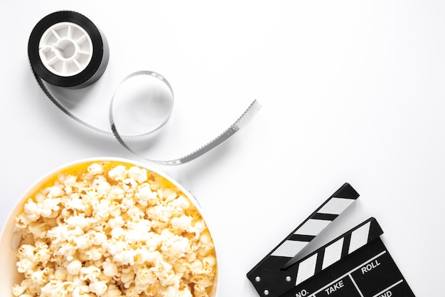 Elementos de cine sobre fondo blanco.