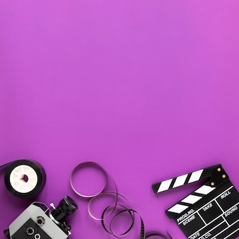 Elementos de cine sobre fondo morado con espacio de copia