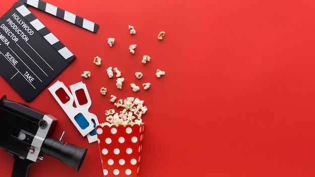 Elementos de cine sobre fondo rojo con espacio de copia