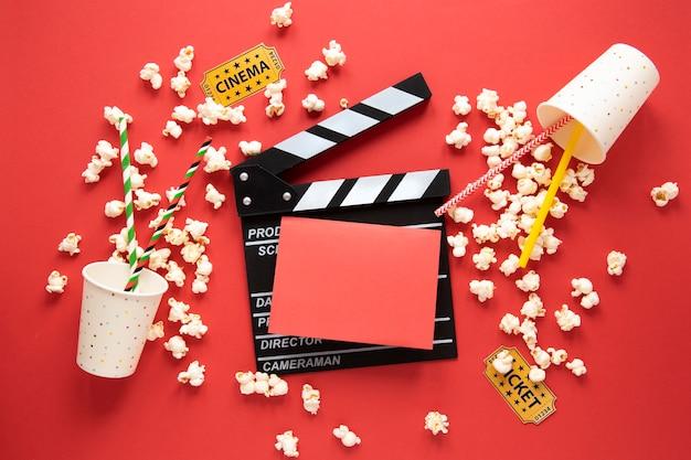 Elementos de cine y tarjeta roja vacía