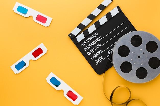 Elementos cinematográficos sobre fondo amarillo.