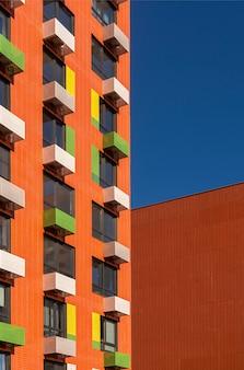 Elementos coloridos en el diseño del edificio.