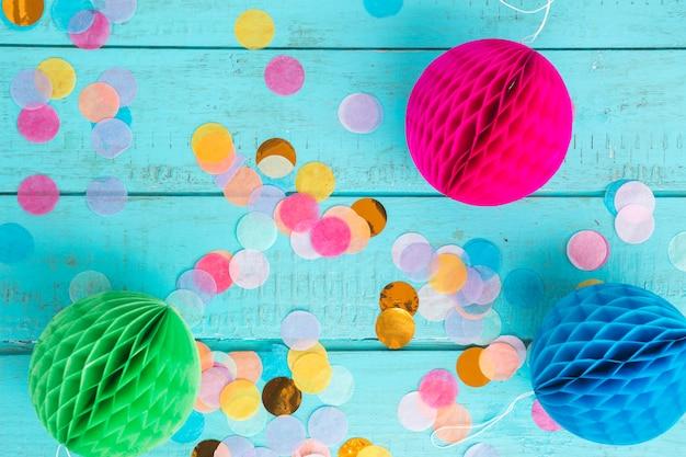 Elementos de cumpleaños con confeti