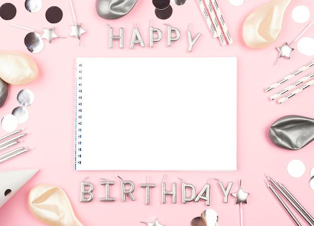 Elementos de cumpleaños con fondo rosa