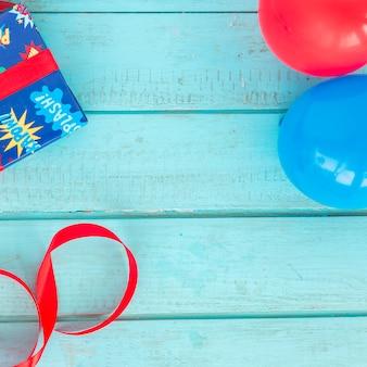 Elementos de cumpleaños sobre fondo de madera