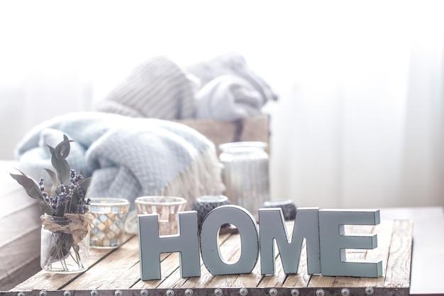Elementos de decoración acogedora para el hogar sobre la mesa en la sala de estar