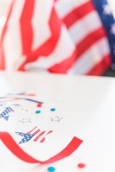 Elementos decorativos de la bandera en superficie borrosa