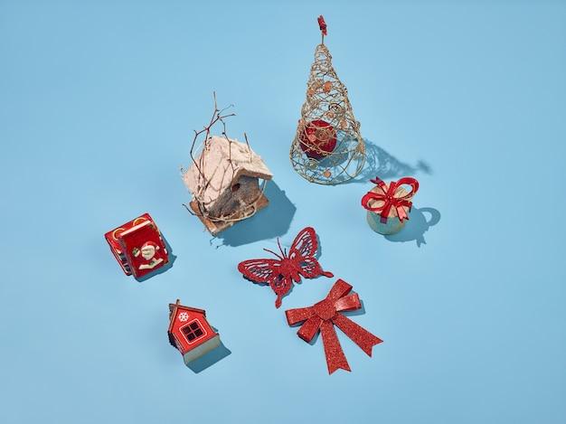 Elementos decorativos navideños en fondo azul