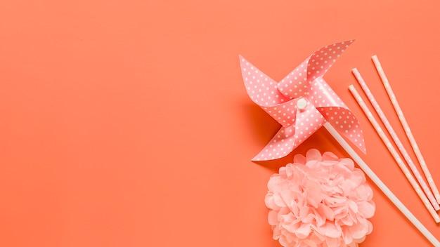 Elementos decorativos en superficie rosa.
