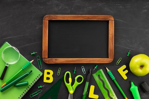 Elementos del día de la educación con pizarra