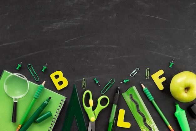 Elementos del día de la educación de vista superior con espacio de copia