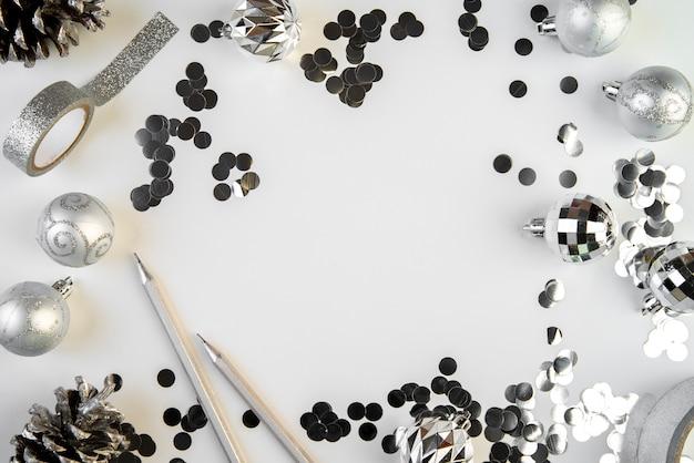 Elementos de diciembre de plata con fondo de espacio de copia