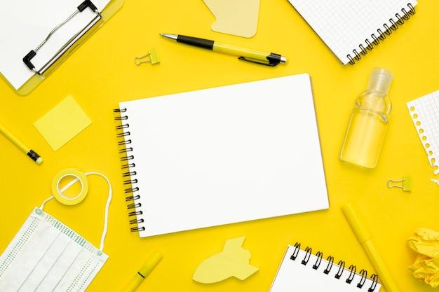 Elementos escolares sobre fondo amarillo
