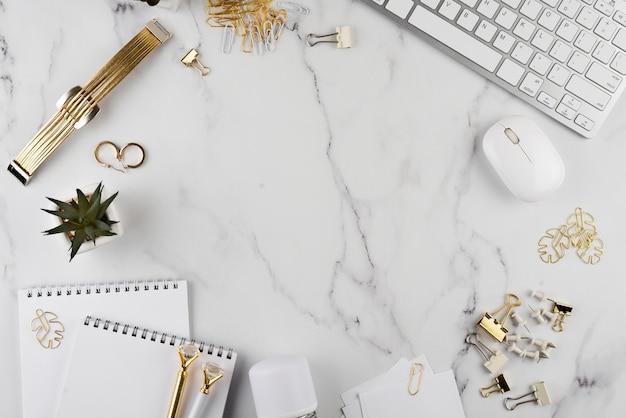 Elementos de escritorio en mesa de mármol
