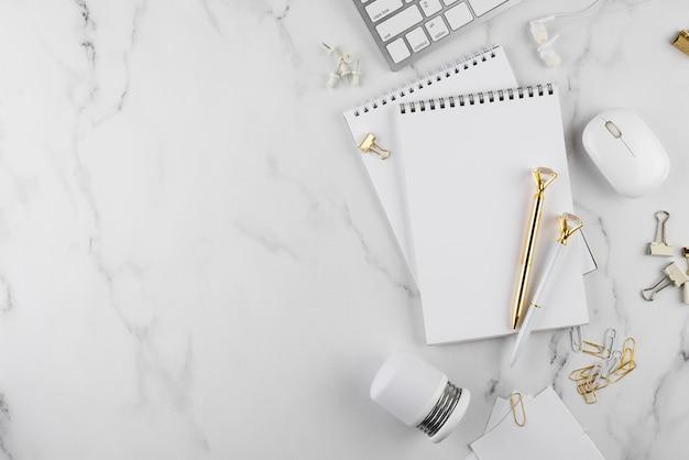 Elementos de escritorio de vista superior en mesa de mármol