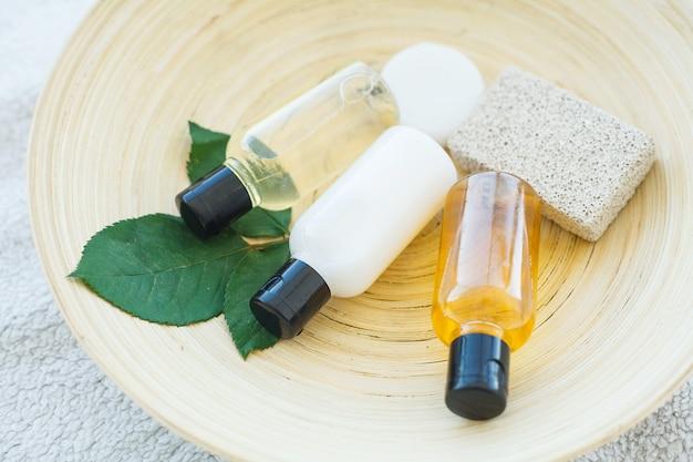 Elementos esenciales del spa, incluidos aceites naturales, jabón