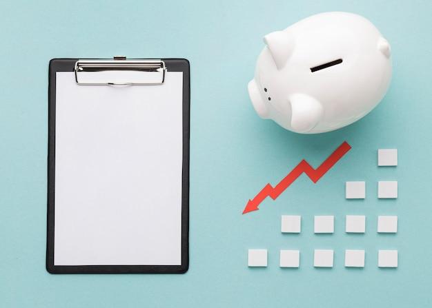 Elementos financieros con hucha blanca.
