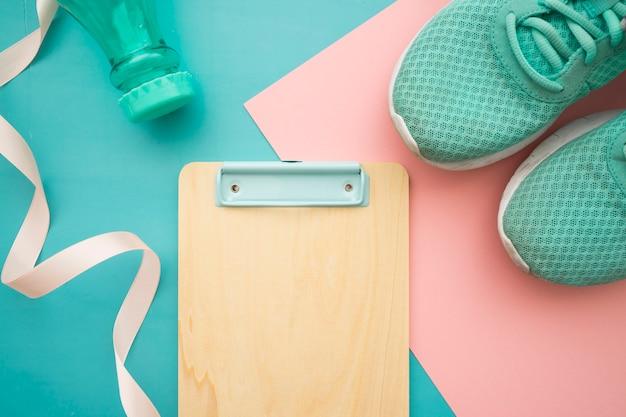 Elementos de fitness sobre fondo azul y rosa