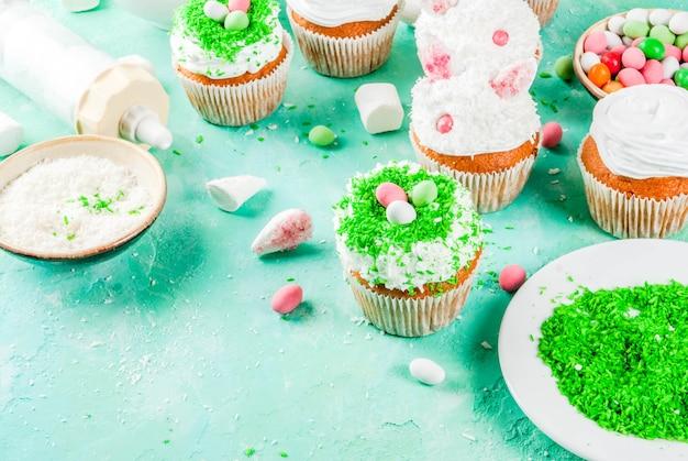 Elementos para hacer cupcakes de pascua con orejas de conejo