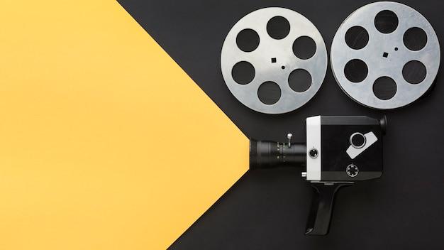 Elementos para hacer películas sobre fondo bicolor con espacio de copia