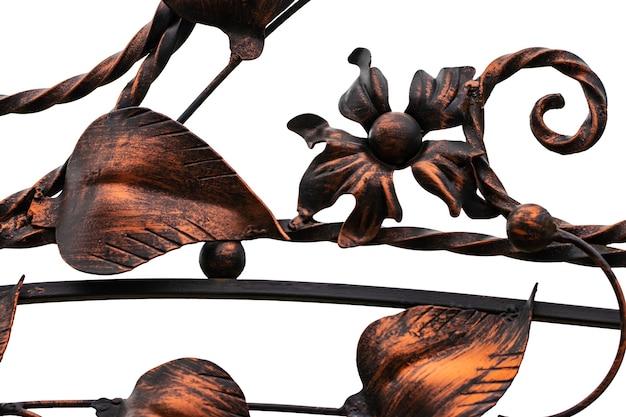 Elementos de hierro forjado ornamentados de la decoración de la puerta de metal aislado sobre fondo blanco.