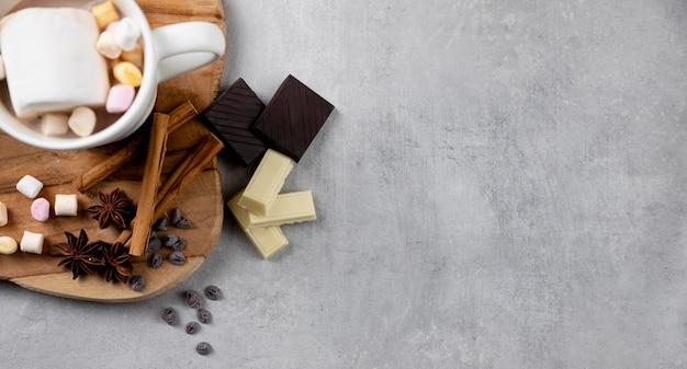 Elementos higge de invierno con taza de chocolate caliente con espacio de copia
