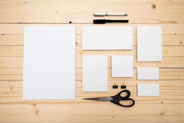 Elementos de identificación de marca con textura blanca en blanco sobre fondo de madera