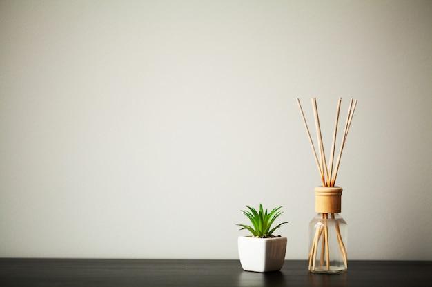 Los elementos interiores se colocan sobre una mesa en una habitación luminosa