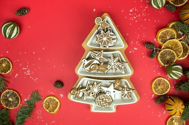 Elementos de invierno de año nuevo en decoraciones navideñas de superficie roja