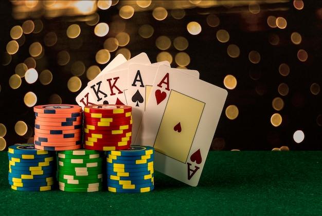 Elementos del juego de casino como fichas de colores, cartas de póquer y dinero