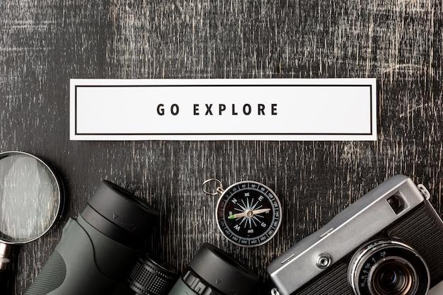 Elementos del kit de viaje de vista superior con maqueta