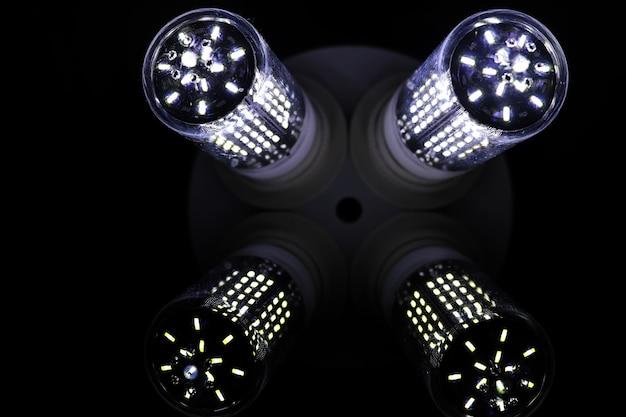 Elementos led en la lámpara. lámparas con diodos. muchas luces brillantes de la lámpara de diodo.