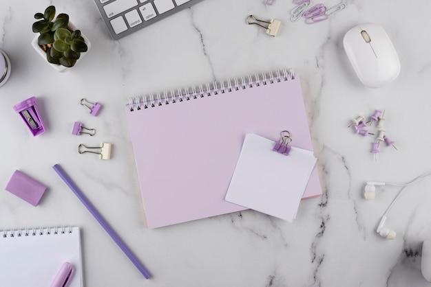 Elementos del lugar de trabajo en la mesa de mármol vista anterior