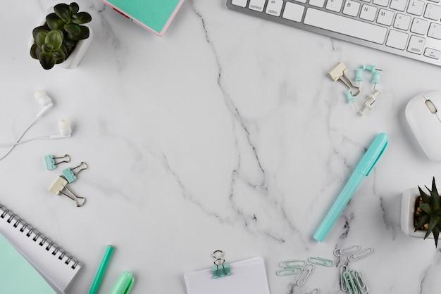 Elementos del lugar de trabajo en mesa de mármol